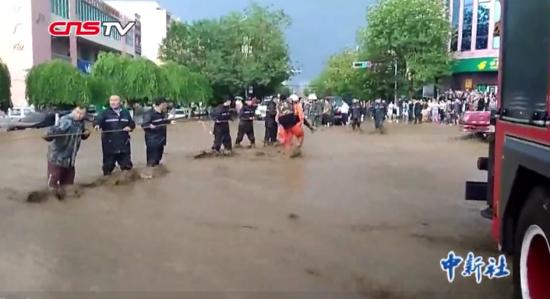 新疆托里强降雨引发山洪 受灾民众称六十年一遇