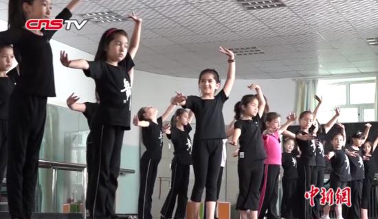 """新疆小学生安赞尔的""""戏曲""""暑期生活"""