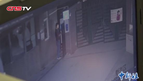 侦查员蹲守24小时 擒获作案80余起盗窃车内财物小偷