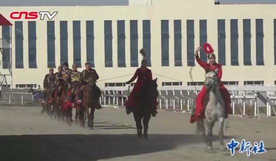 新疆木垒县赛马大会上演精彩马术表演 观众点赞震撼