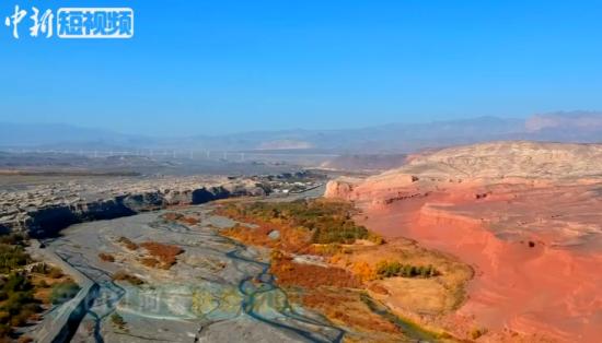 航拍秋景如画的新疆托克逊县天山红河谷