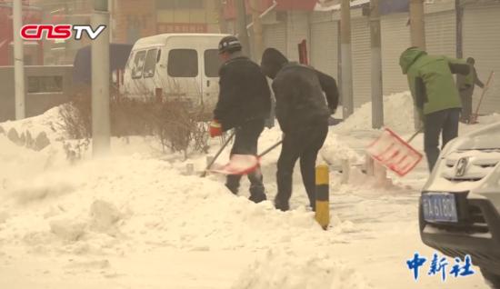 新疆乌鲁木齐迎大雪 降雪厚度达到12厘米