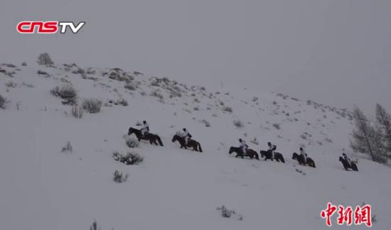 边防战士冒零下30度严寒踩两米积雪 弃马步行巡逻
