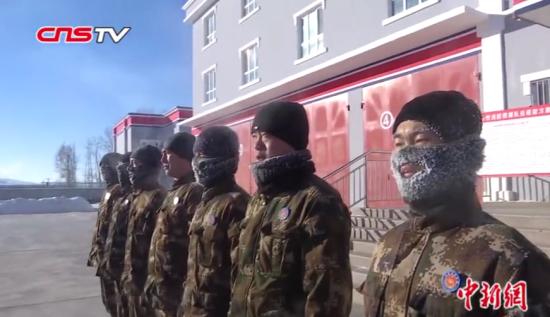 """新疆阿勒泰气温降至-30℃ 消防员展示""""泼水成雾"""""""