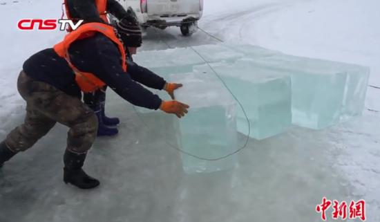 """寒冬探访冰面上工作的""""采冰人"""" 救生衣是标配"""