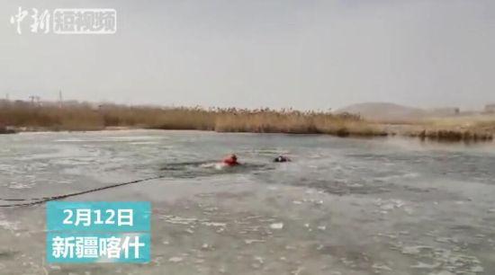 两儿童溜冰不慎落水 直击救援人员砸冰营救