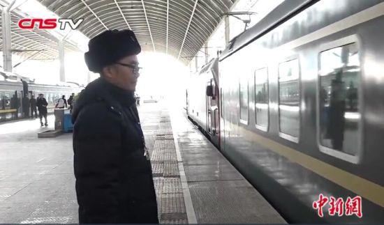"""青藏铁路上的父子""""摆渡人"""":守护千万乘客回家路"""