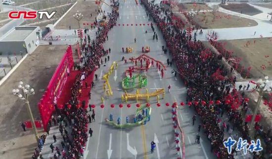 舞龙舞狮麦西来甫 新疆南部小城各族民众共庆元宵