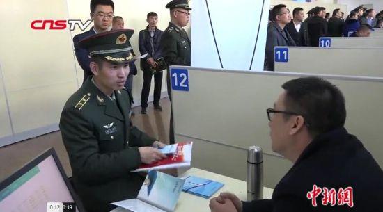 新疆三千余名退役军人参加专场招聘会 老兵受青睐