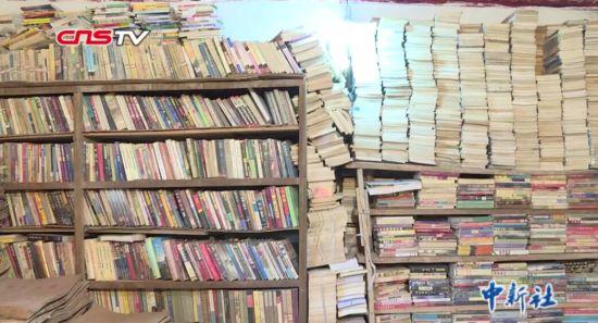 64岁老人拾荒二十载办图书馆 藏书达十万余册