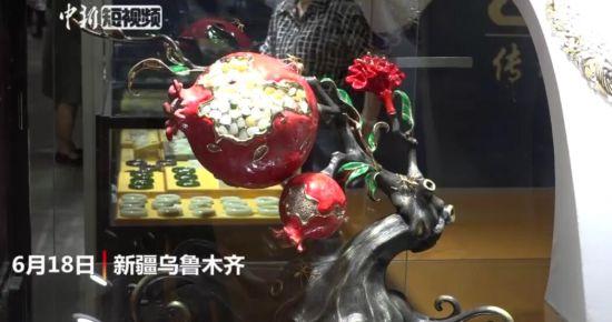 """新疆一展会现""""玉石榴"""":含56颗和田玉 耗时一年打造"""