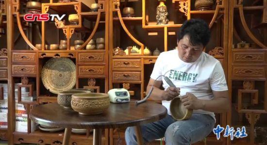 新疆小伙酷爱木雕 产品远销国内外
