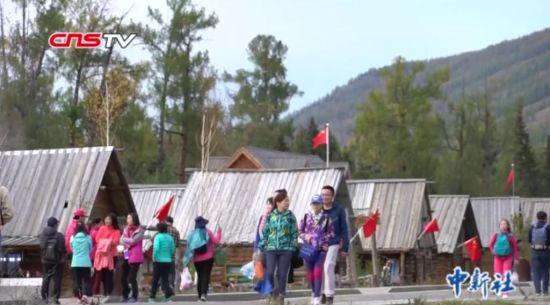 新疆喀纳斯景区迎游客潮 国庆氛围浓