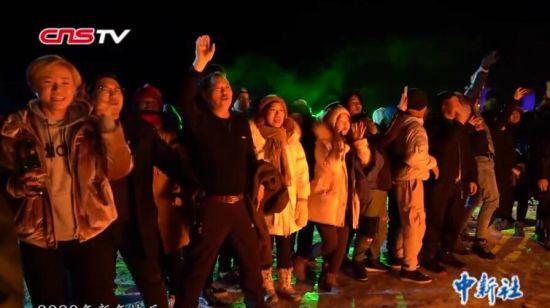新疆阿勒泰禾木村跨年篝火晚会 为新年祈福