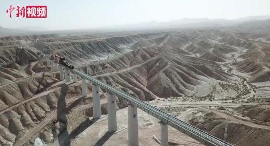 """格库铁路新疆段复工 在戈壁滩上筑""""长龙"""""""