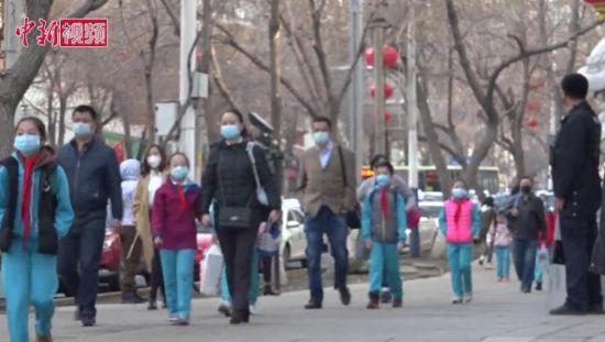 直击新疆中小学开学:学生测体温后 间隔距离有序入校