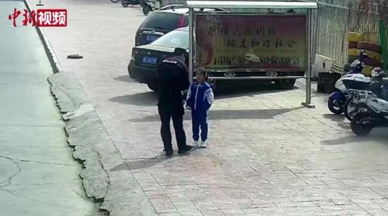 暖心!民警为小女孩戴口罩后互相敬礼