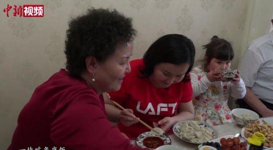 武汉方舱医院跳舞的新疆姑娘回家 母亲为她补上年夜饭