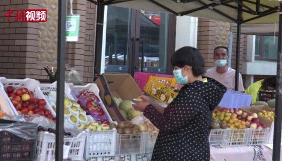 """探访乌鲁木齐""""分享集市"""":优先为低收入人群提供就业机会"""