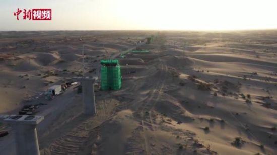 """探访穿越""""死亡之海""""的第三条沙漠公路"""