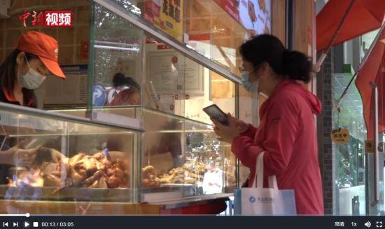 乌鲁木齐中山路:商超陆续恢复营业 水果店调价促销