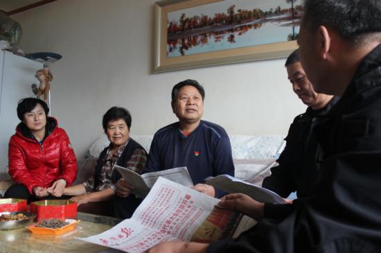 工作队为殷宪金夫妇讲解十九大精神。