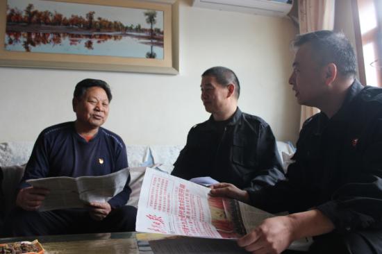 工作队与殷宪金共同探讨十九大精神。