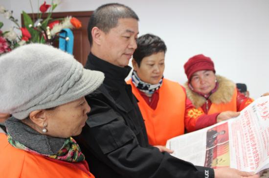 工作队在辖区环卫大队为环卫工人讲解十九大精神。