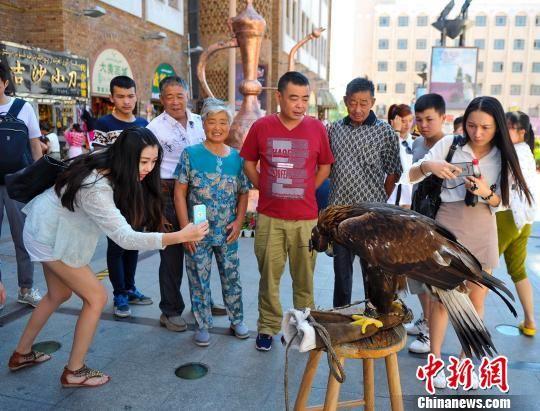 新疆迎来旅游旺季 国际大巴扎成首选地