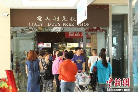 新疆霍尔果斯特区旅游购物高峰持续 繁荣似古丝路