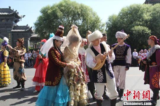 新疆伊宁第五届民俗文化节展示不同民族婚礼