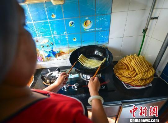 乌鲁木齐维吾尔族家庭烹制美食迎接古尔邦节