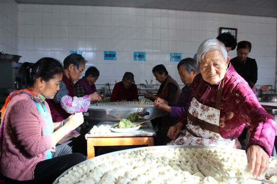 第二师二十二团社区志愿者给老人送重阳节祝福和关爱