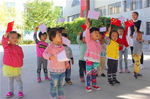 第二师三十团小朋友制作五星红旗喜迎国庆