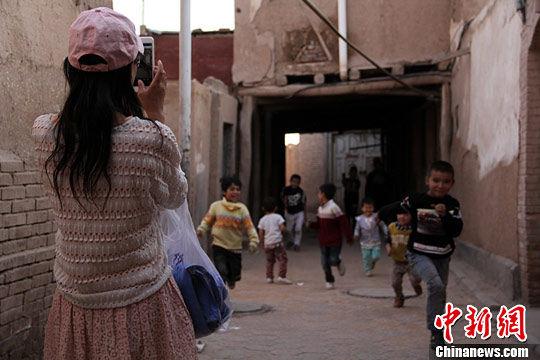 新疆喀什高台民居 游客寻访西域风情