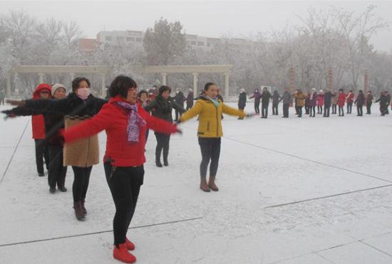 第八师一四三团社区老年人不怕冷冰天雪地户外做健身操