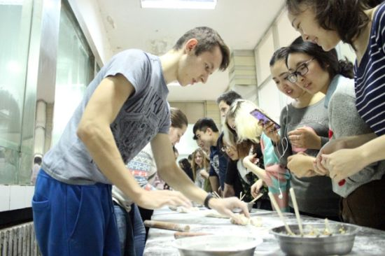 石河子大学外国留学生包饺子过中国节