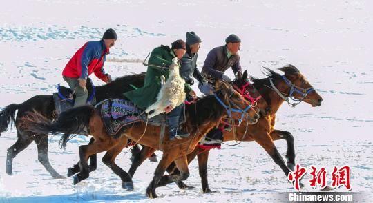 """新疆伊犁牧民雪山下上演踏雪""""刁羊"""""""