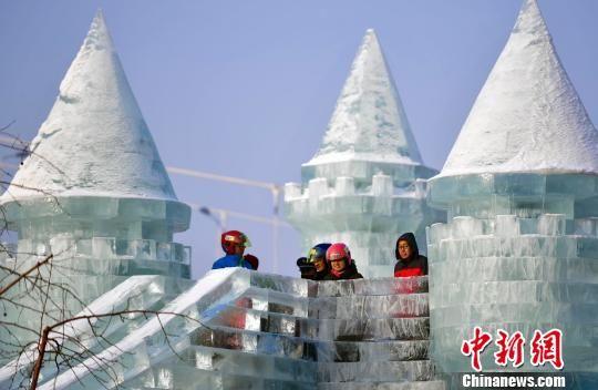 乌鲁木齐民众元旦假期乐享冰雪嘉年华