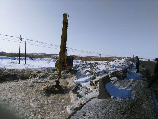 第六师芳草湖农场老鹰湖水库全力做好冬季引水工作