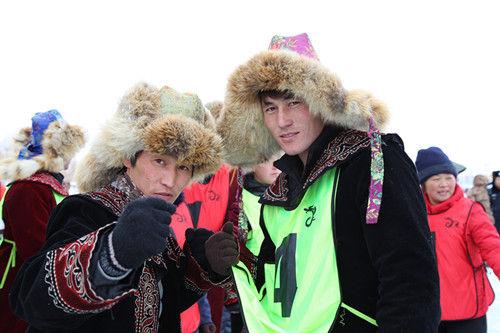 阿勒泰锡别特村成为新疆首届冰上龙舟赛亮点