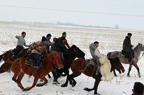 新疆伊犁哈萨克民众叼羊、赛马迎接春天