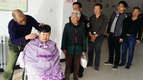 """二月二日""""剃龙头"""" 老年志愿者免费为居民理发"""