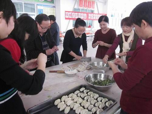 """""""三八""""妇女节:兵团女职工比赛包饺子"""