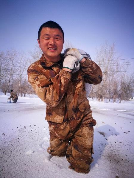 第十师一八六团六连组织党员初春破雪  预防冬小麦疾病
