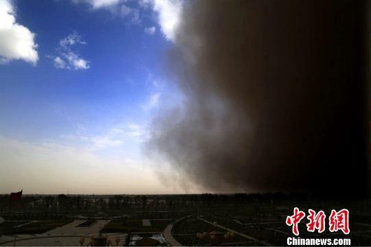 新疆兵团塔里木垦区遭强沙尘暴袭击 白昼暗如黑夜