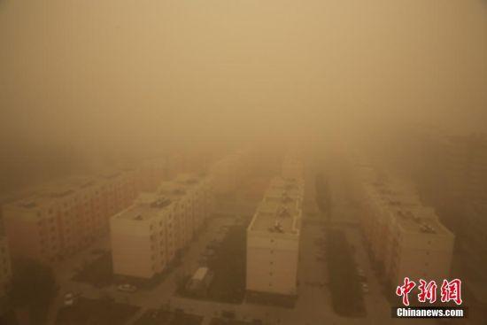 新疆南部地区遭沙尘暴袭击黄沙漫天