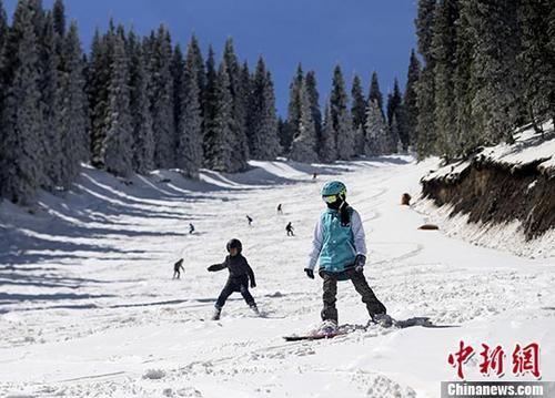 新疆滑雪爱好者享受入夏前最后的滑雪时光