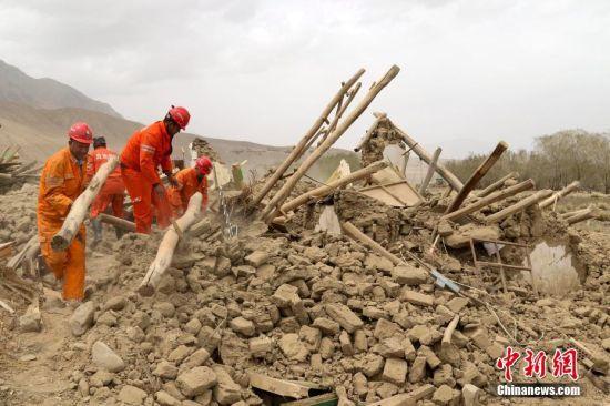 新疆塔县地震救援持续 人员紧急转运物资