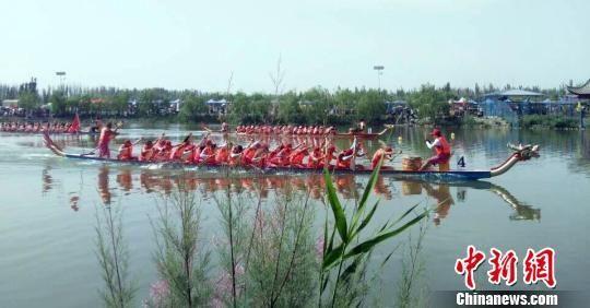 新疆兵团阿拉尔市举办龙舟赛 数万民众观赛
